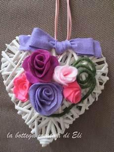 fiori in panno cuore bianco in midollino con fiori in panno lenci per