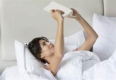 leggere a letto leggere a letto si ma attenzione alla postura corretta