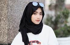 4 Inspirasi Gaya Busana Monokrom Trendi Ala Shirin