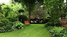 bepflanzung vor einer mauer backyard garden with evergreens pest for