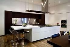 küchendesign mit kochinsel wei 223 schwarz einbauk 252 che modern kochinsel bartheke