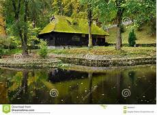 mousse sur le toit maison en bois avec de la mousse sur le toit photo stock image 46066527