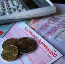 finanzen im blick lizenzfreie fotos bilder kostenlos