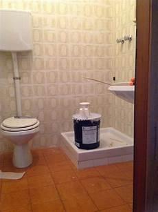 come piastrellare un bagno coprire le piastrelle bagno