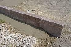 Rasenkantensteine Verlegen Ohne Beton - randsteine setzen anleitung um betonrandsteine zu