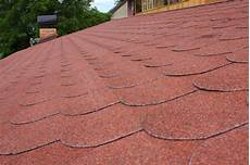 dachdecken mit dachpappe dachpappe schindeln verlegen 187 anleitung in 5 schritten