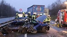 a31 unfall heute lkw f 228 hrt in stauende autofahrerin bei unfall auf a 31