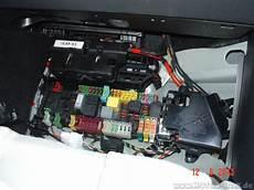 start stop batterie wechseln bild vom sicherungskasten und der zweiten hilfsbatterie
