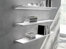 wandregal mit beleuchtung wandregal aus aluminium und glas mit integrierter