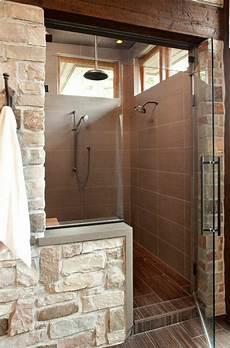 badarmaturen fuer waschtisch dusche und kleine duschkabine aus badfliesen und steinen 21