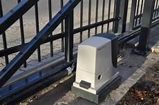 elektrische tore aus polen foto vorstellung zaun aus polen mit schiebetor freitragend elektrisch schmiedeeisern