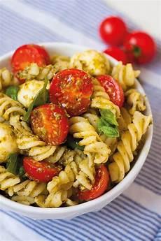 20 Minuten Nudelsalat Mit Pesto Tomate Und Mozzarella