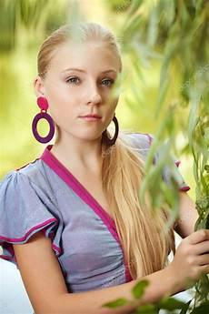 Junge Mädchen Bilder - h 252 bsche junge m 228 dchen bei einem baum stockfoto 1535360