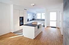 moderne küche mit kochinsel moderne hochglanz k 252 che in wei 223 mit k 252 cheninsel bora