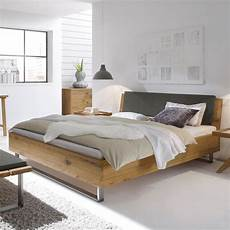 Bett Mit Kopfteil - vollholzbett aus wildeiche mit kopfteil und stahlkufen