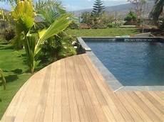 carrelage piscine imitation bois piscine avec terrasse en bois et rev 234 tement carrelage