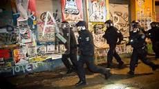 Polizei Berlin Einsätze - nach attacke auf polizeibeamten sek durchsucht rigaer