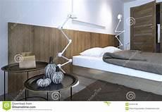 vicino al letto tavolino da salotto e lada vicino al letto fotografia