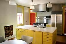 armadietti cucina cucina con il soffitto ed i lucernari di legno fotografia