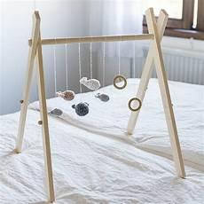 portique d éveil en bois cadeau de naissance 10 id 233 es diy pour le fabriquer soi