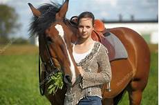 fille ado avec le cheval marron photo 51695089
