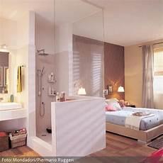 bad im schlafzimmer offenes badezimmer im schlafraum mit holzboden roomido