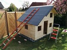 dachdecken mit dachpappe das verlegen der dachpappe spielhaus aus holz