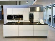 kuche schwarz k 252 che schwarz holz inspirierend kuche mit insel moderne