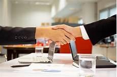 bonne affaire gratuit vue de dessus la signature des documents homme d affaires