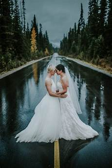33 photos that prove rain your wedding day can be more than just good luck junebug weddings