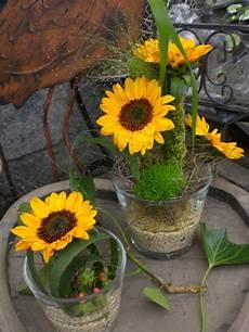 tischdeko mit sonnenblumen tischdeko blumen rosenrot