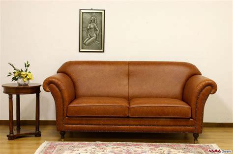 Divano Classico Stile Inglese In Pelle Marrone Chiaro Vintage