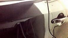 autolack schwarz mit kratzer und fett flecken matte