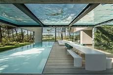 piscine interieur exterieur piscine avec un fond en verre dans une maison design
