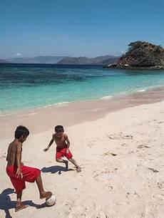 turisti per caso indonesia giochi in spiaggia komodo indonesia viaggi vacanze e