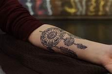tatouage interieur bras femme 74093 exemple tatouage attrape reve femme style mandala interieur avant bras tatouages attrape