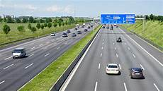 panneau vitesse illimitée allemagne les autoroutes allemandes sans limitation de vitesse menac 233 es de disparition