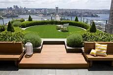 gazon sur terrasse le gazon synth 233 tique pour embellir votre terrasse le