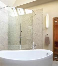baignoire en coin avec une salle de bains mise en lumi 232 re chez soi