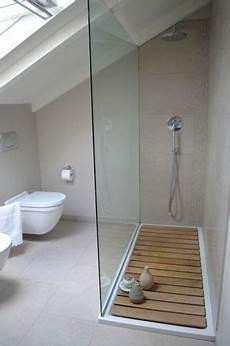 résine sol salle de bain une salle de bain sous comble grise et lumineuse