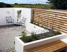 terrassengestaltung mit holz sch 246 ner sichtschutzzaun design beton holz kombination