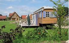 Tiny Houses Auf Rädern - zirkuswagen mit 24qm terrasse im garten tiny house on