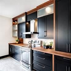 cuisine noir et blanc cuisine 233 l 233 gante en noir et blanc avec accents de bois