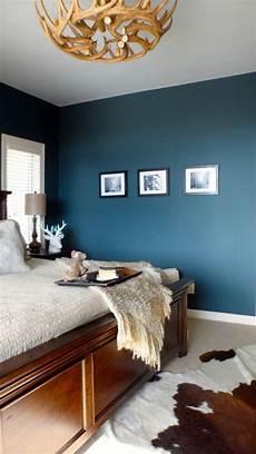 wandfarbe blau schlafzimmer wandfarbe schlafzimmer hirschgeweih deko kronleuchter holz