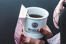 eine einzelne tasse kaffee zubereiten kaffeebeutel