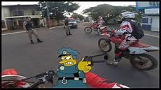 4 en 1 moto policia parando moto de trilha crf 230