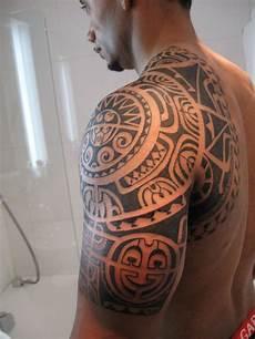 tatouage homme tatouage bras homme polynesien mode simple ou horrible