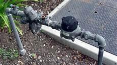 Gambar Memasang Meteran Air Rumah Pipa Distribusi Pdam