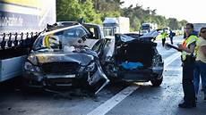 Lkw Rast In Stauende Zwei Tote Bei Schwerem Unfall Auf