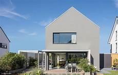 Ein Haus Mit Satteldach So Steht Es H 228 Ufig In